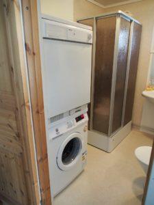 WC med tvättmaskin och torktumlare